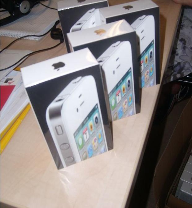 Por fin llegan a las tiendas los primeros iPhone 4 blancos 2