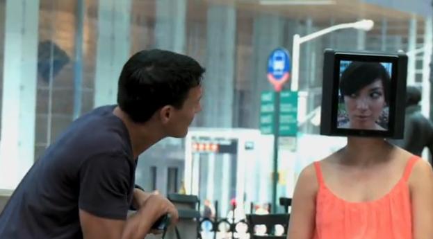 Mujer cabeza de iPad en Nueva York