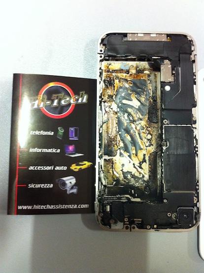Usuario muestra como quedo su iPhone 4 blanco, después de que se le explotara en su mano derecha  2