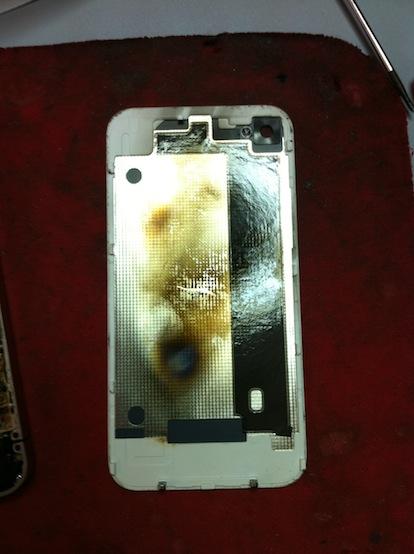 Usuario muestra como quedo su iPhone 4 blanco, después de que se le explotara en su mano derecha  4