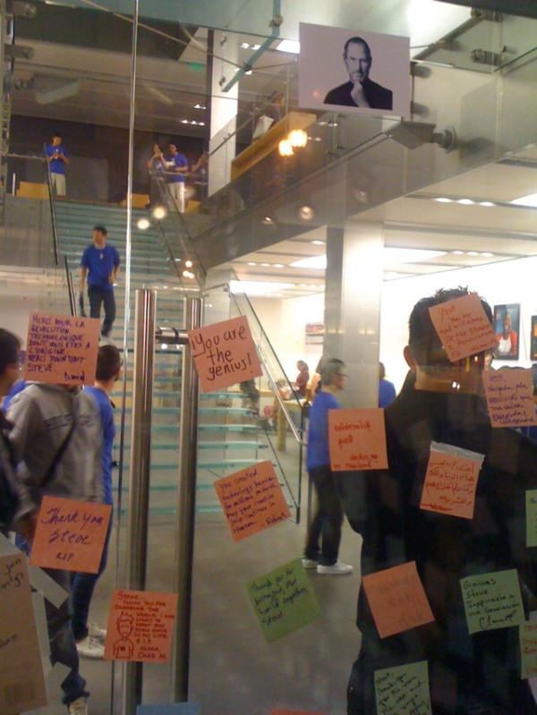 Fans de Apple se congregan en la Apple Store de San Francisco, para homenajear a Steve Jobs 2