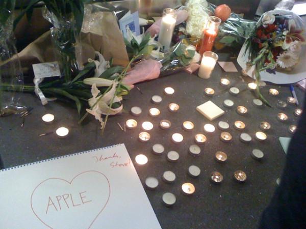 Fans de Apple se congregan en la Apple Store de San Francisco, para homenajear a Steve Jobs 1